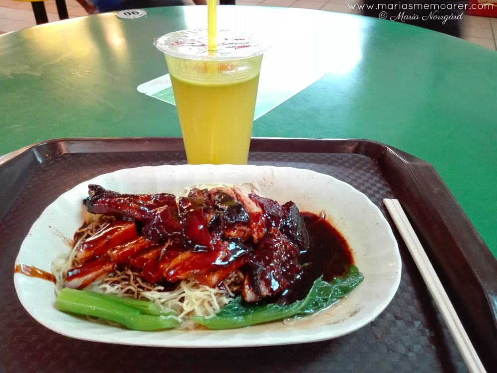 Food in Singapore, chinese food in China Town (Maxwell Road Hawker Centre): Duck Noodles and sugarcane-lemon juice / mat i Singapore, kinesiskt: anka med nudlar och sockerrör-citron-juice