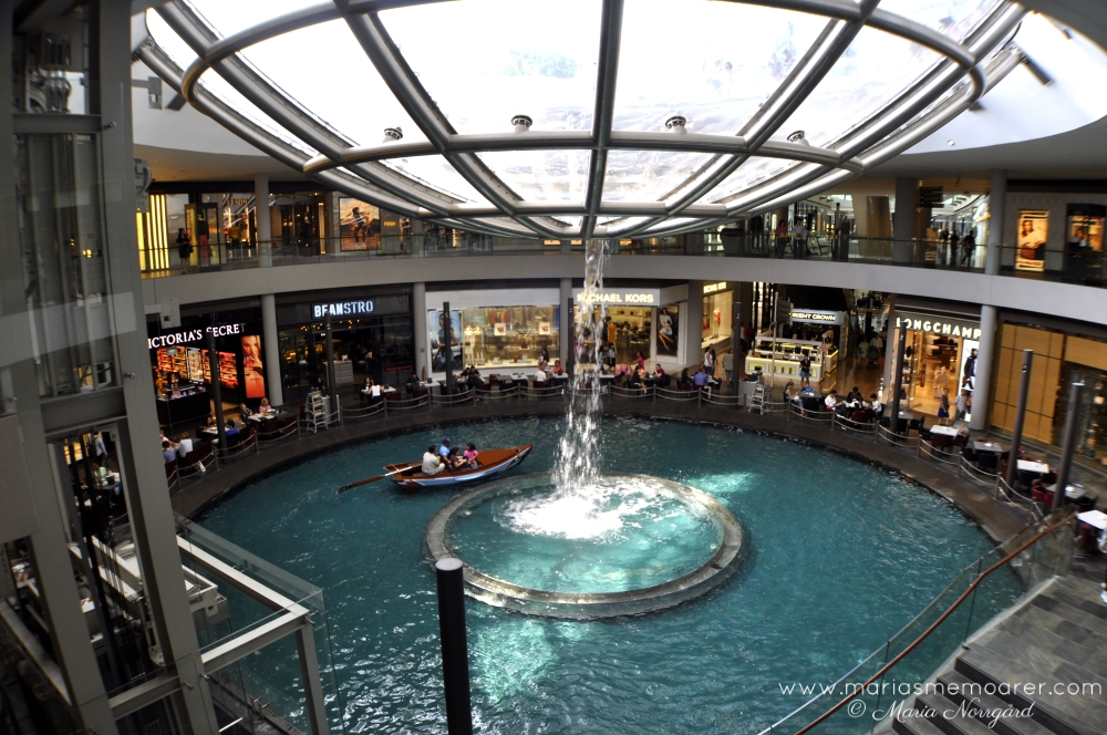 Gondola river in luxury shopping center The Shoppes, Singapore / gondolfärd i lyxiga shoppingcenter The Shoppes