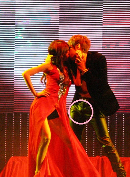 [NB] Hyuna and Hyunseung take a photo as Troublemaker ...